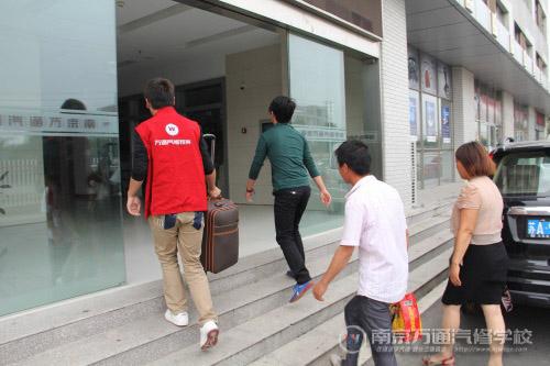 红马甲志愿者免费接站 新生入学路畅通无阻