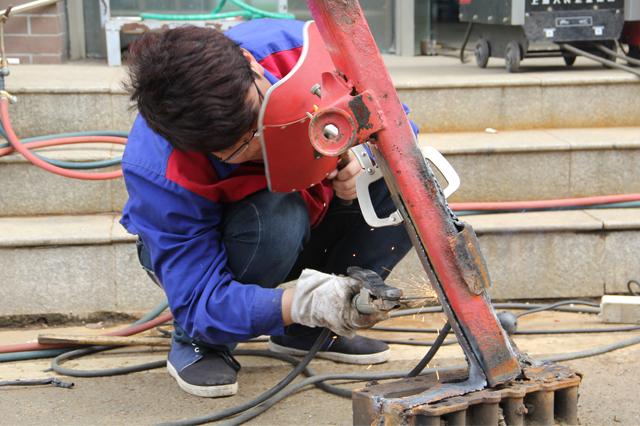 项目组成员正在焊接底架图片