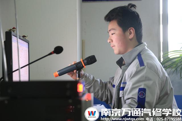 一大早,播音员杨庆松就来到广播站,调试话筒准备开始播音