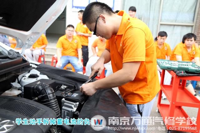 如果用万用电表,在起动发动机后,量一下电瓶两极的电压,必须超过13v