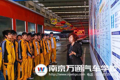 南京万通17级校企合作班新生参观企业合影